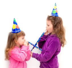 bambine  che giocano con le trombette