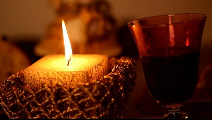 Candela di Natale e vino rosso