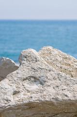 Природный камень на берегу синего моря.