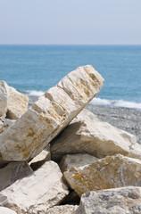 Глыбы камней на берегу синего моря.