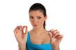 Junge Frau prüft zwei Tabletten