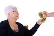 3eme âge - Main offrant un verre d'eau