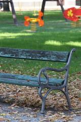 panchina in un parco giochi