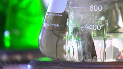 Kolben mit bunter Flüssigkeit im Labor