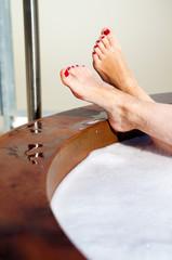 plano cerrado de pies de chica en el jacuzzi
