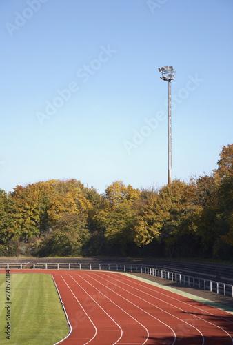 Sportplatz mit Flutlicht - 27057884