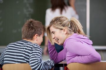 schüler lachen im unterricht