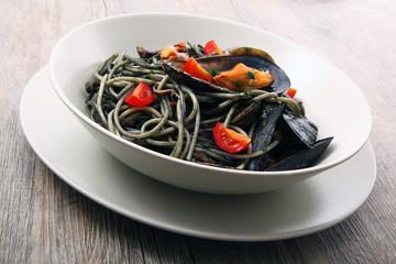 spaghetti alnero di seppia con cozze e pomodorini