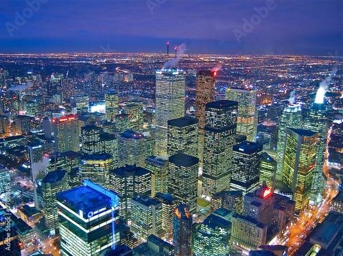 Quartier financier à Toronto au Canada de nuit - 27083015