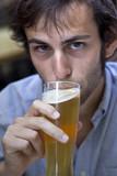 homme jeune masculin bière soif boisson bar portrait poster