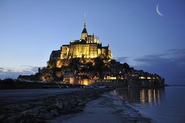Lune sur le Mont Saint Michel