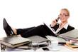 relaxte frau am schreibtisch beim telefonieren