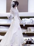 mannequin en robe de mariée dans une boutique de tissus poster