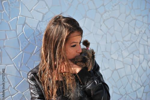 Foto: chica besando su perro