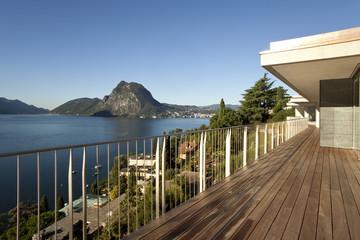 terrazza con vista su natura, lago e montagne