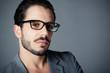 homme brun portrait lunettes