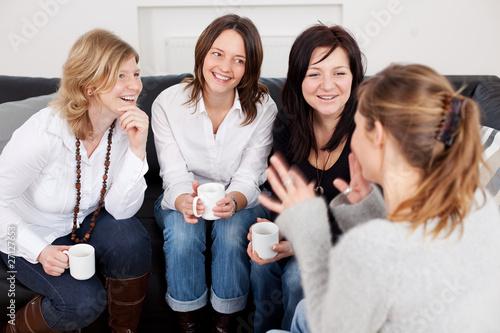 Leinwandbild Motiv freundinnen auf dem sofa