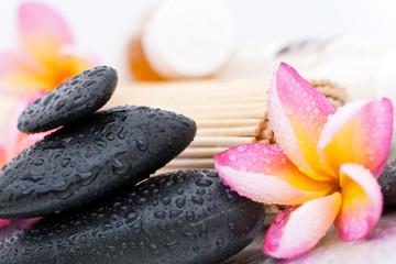 Concept Détente et Spa - Fleurs frangipanier et pierres zen