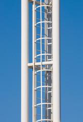 Лестница на фоне синего неба.