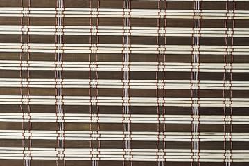 Textura de una estera de bambú marrón.