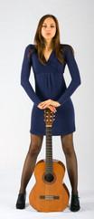 Modella in posa con chitarra classica