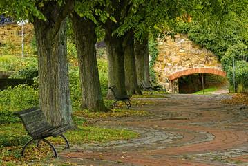 Öffentlicher Park mit Allee und Sitzbänken