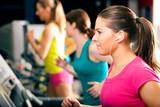 Fototapety Leute laufen auf Laufband im Fitnessstudio