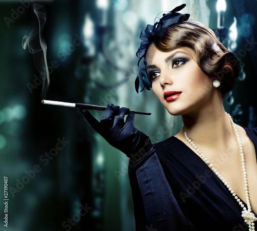 Piękna, młoda kobieta w klasycznym wnętrzu