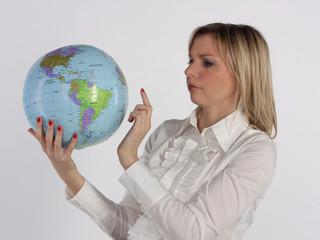 Деловая женщина рассматривает глобус