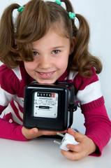 Mädchen mit Stromzähler