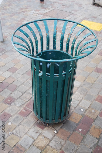 poubelle de rue de jifide photo libre de droits 27210414 sur. Black Bedroom Furniture Sets. Home Design Ideas