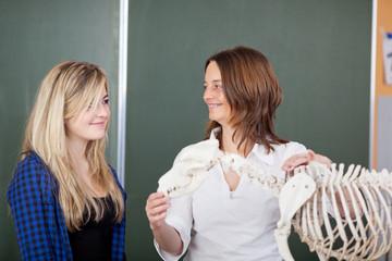 lehrerin und schülerin mit skelett