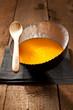 Kürbissuppe in silberner Schale