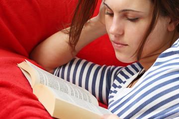 Mädchen liesst in Ihrer Freizeit