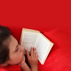 Mädchen liesst auf dem Sofa