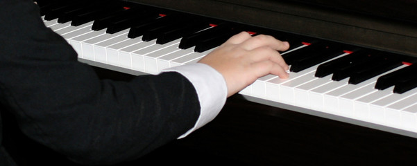 Playng piano