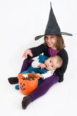 Kinder mit Halloweensüßigkeiten