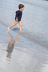 riflesso sulla riva del mare