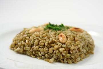 piatto con grano mediorientale