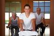Fitnesstrainer führt Spinning-Räder vor