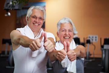 Zufriedene Senioren im Fitnesscenter