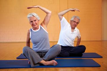 Senioren machen Gymnastik