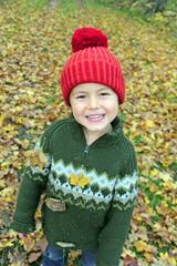 Junge im Herbstlaub