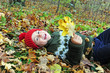 Junge liegt im Laub