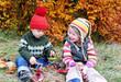 Kinder basteln in der Natur