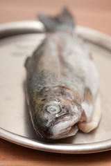 Roher ausgenommener Fisch
