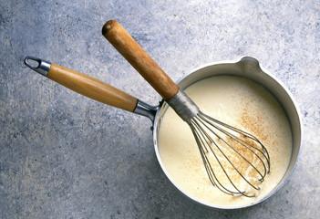 Sauce béchamel en préparation