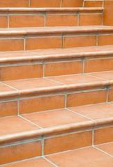 Ступеньки коричневой лестницы.