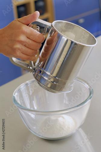 Tamiser la farine photo libre de droits sur la banque d for Tamiser cuisine