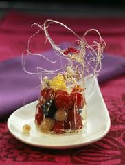 Salade de mangue et fruits rouges à la crème tiède de fleur d'oranger et vanille sous cloche de sucre croustillant